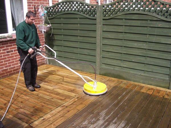 tvätta altanen med en högtryckstvätt