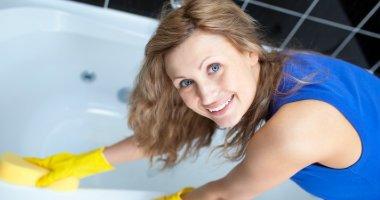 städa badrum, badkar, toalett, badrumsskåp